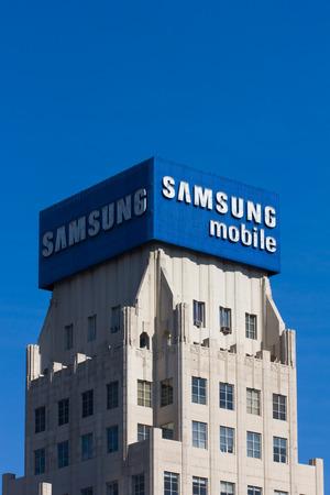 multinacional: LOS ANGELES, CA  EE.UU. - 29 de noviembre 2014: Samsung Mobile anuncio y logotipo. Samsung es una empresa conglomerado multinacional surcoreana. Editorial