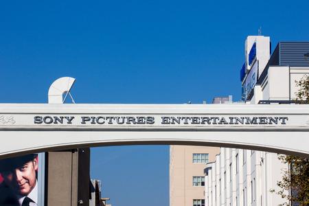 CULVER CITY, CA  미국 - 2014년 11월 29일 : 소니 픽쳐스 스튜디오 입구. 소니 픽쳐스 스튜디오는 TV와 영화 스튜디오 복잡하다. 에디토리얼