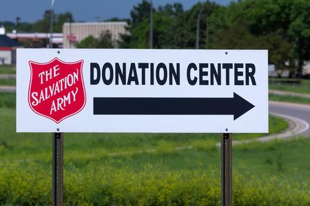 BLOOMINGTON, MN  미국 - 6 월 (21) : 2014 년 구세군 기부 센터 기호입니다. 구세군은 장애인을위한 직업 훈련 프로그램을 제공하는 비영리 단체입니다. 에디토리얼
