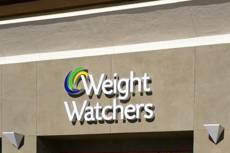 그라나다 힐스, CA  미국 - 2014년 12월 26일 : 무게 당직자 국제 외관과 기호. 무게 당직자는 다양한 제품과 체중 감량 및 유지 보수를 지원하는 서비스를