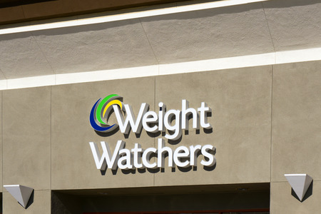 GRANADA HILLS, CAUSA - DECEMBER 26, 2014: Weight Watchers International exterior and sign. Weight Watchers offers various products and services to assist weight loss and maintenance. Редакционное