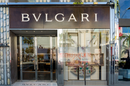luxury goods: BEVERLY HILLS, CA  EE.UU. - 03 de enero 2015: Bulgari tienda minorista exterior. Bulgari es una joyer�a y art�culos de lujo de la marca italiana que produce joyas, relojes, fragancias, accesorios y hoteles. Editorial