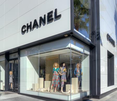luxury goods: BEVERLY HILLS, CA  EE.UU. - 03 de enero 2015: Chanel tienda minorista exterior. Chanel es una gran casa de moda francesa que se especializa en ropa ready-to-wear, art�culos de lujo y accesorios de moda. Editorial