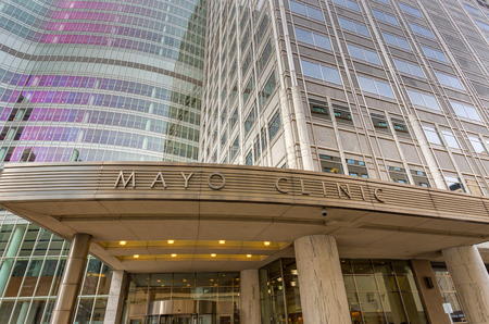 ROCHESTER, MN/USA - JANUARY 19, 2015: Mayo Clinic entrance and sign. The Mayo Clinic is a nonprofit medical practice and medical research group based in Rochester, Minnesota. Redactioneel