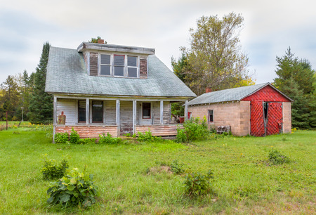Abandoned farm house and garage in rural United States. Imagens