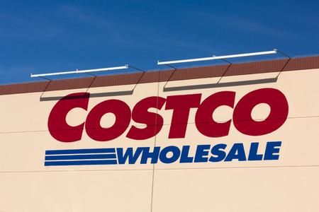 산타 클라리 타, 캘리포니아  미국 - 2015 년 4 월 11 일 : 코스트코 도매상 외관. Costco Wholesale Corporation은 회원 전용 상점이자 미국에서 두 번째로 큰 소매 에디토리얼
