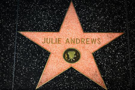헐리우드, 캘리포니아  미국 - 2014 년 4 월 18 일 : 할리우드 명예의 전당에 줄리 앤드류스 스타. 할리우드 명예의 전당 (Hollywood Walk of Fame)은 Hollyw 에디토리얼