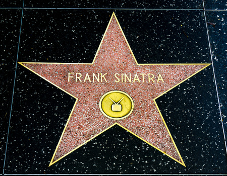 HOLLYWOOD, CAUSA - APRIL 18, 2015: Frank Sinatra star on the Hollywood walk of fame. 新聞圖片