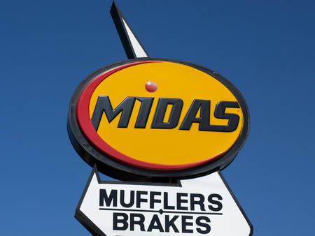 midas: PASADENA, CAUSA - JUNE 21, 2015: Midas Automotive Service facility.  Midas, Inc. is a chain of automotive service centers headquartered in Itasca, Illinois.