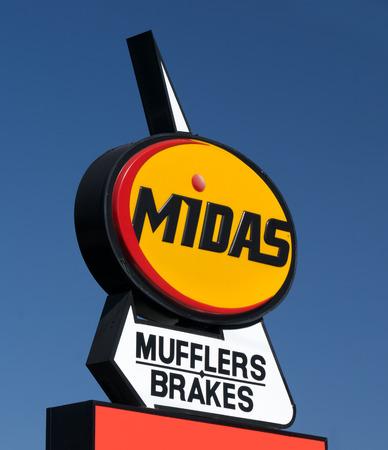 midas: PASADENA, CAUSA - JUNE 21, 2015: Midas Automotive Service facility.  Midas, Inc. is a chain of automotive service centers headquartered in Itasca, Illinois.