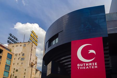 teatro: Minneapolis, MN  EE.UU. - AGOSTO 5, 2015: El Teatro Guthrie. El Teatro Guthrie es un centro para la obra de teatro, la producción, la educación y la formación profesional.