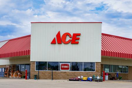 cooperativismo: Grinnell, IA  EE.UU. - 08 de agosto 2015: ferreter�a Ace exterior y el signo. que Ace Hardware Corporation es una cooperativa de minoristas en los Estados Unidos.