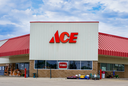 GRINNELL, IA/USA - AUGUST 8, 2015: Ace hardware store exterior and sign. he Ace Hardware Corporation is a retailers' cooperative in the United States. Фото со стока - 44159664