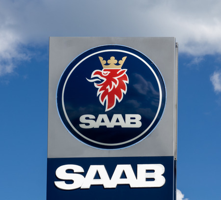 MAPLEWOOD, MNUSA - August 10, 2015: Saab Automobile sign and logo. Saab Automobile is a Swedish car manufacturer. Редакционное