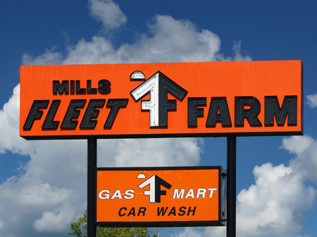 OAKDALE, MN/USA - August 10, 2015: Fleet Farm Store sign and logo. Mills Fleet Farm is a retail chain of 35 stores in the United States. Sajtókép