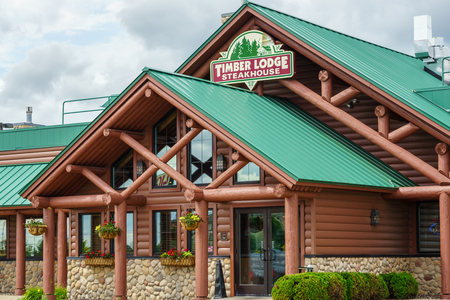 OWATONNA, MN  USA - 9 augustus 2015: Timberlodge Steakhouse exterieur en te ondertekenen. Timber Lodge Steakhouse is een particuliere Amerikaanse steakhouse keten.