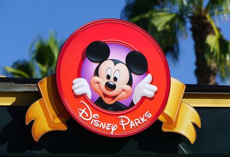 ANAHEIM, CA  미국 - 2015년 10월 10일 : 다운타운 디즈니에서 기호에 미키 마우스. 다운타운 디즈니는 디즈니 랜드 옆에 야외 쇼핑, 레스토랑 및 엔터테인먼