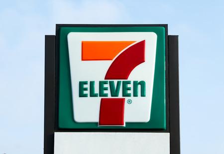 COSTA MESA, Kalifornien / USA - 17. Oktober, 2015: 7-Eleven speichern außen und zu unterzeichnen. 7-Eleven ist der größte Betreiber und Franchisegeber von Convenience-Stores weltweit. Editorial