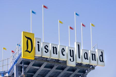 ANAHEIM, CA  미국 -2010 년 10 월 10 일 : 디즈니 랜드 입구 기호. Disneyland Park는 원래 Disneyland 리조트에 지어진 최초의 테마 파크 중 하나입니다.