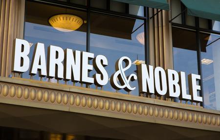 marca libros: Glendale, CA  EE.UU. - 24 de octubre, 2015: Barnes y Noble exterior de la tienda. Barnes & Noble es el mayor vendedor de libros al por menor en los Estados Unidos, y la compañía líder en ventas de contenidos, medios digitales y productos educativos en el país.