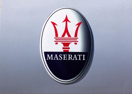 GLENDALE, CA  USA - 2015 년 10 월 24 일 : Maserati 자동차 판매점 로고.