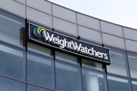 exercise weight: GLENDALE, CAUSA - OCTOBER 24, 2015: Weight Watchers corporate office building. Weight Watchers is a company offering weight loss products and services. Editorial