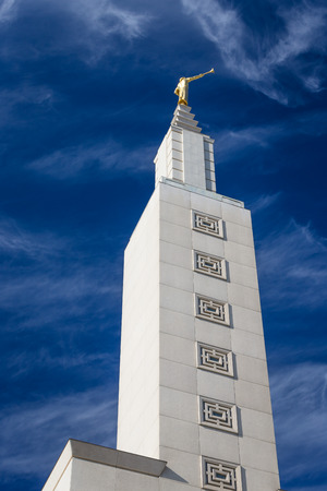 lds: SANTA MONICA, CAUSA - NOVEMBER 8, 2015: Angel Moroni statue at the top of the Los Angeles California Temple. Editorial