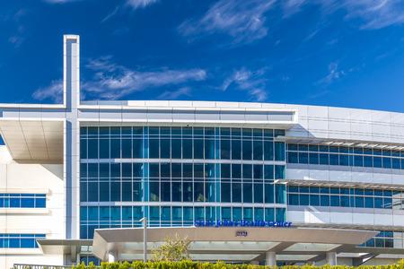 logo batiment: SANTA MONICA, CA  USA - 8 novembre 2015: Centre de santé de Saint John. Centre de santé de la Providence Saint John est un hôpital privé catholique.