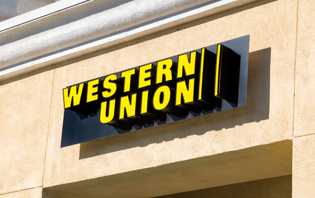 아카디아, 캘리포니아  미국 - 2015 년 11 월 22 일 : 웨스턴 유니온 기호 및 로고 Western Union Company는 미국의 금융 서비스 및 통신 회사입니다.