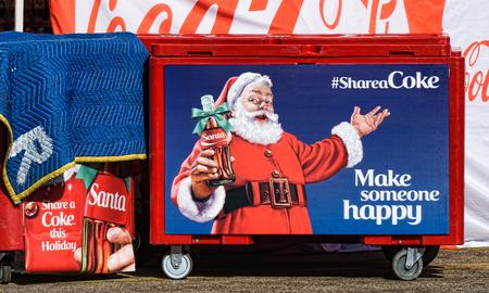 Los Angeles, CA / EE.UU. - 6 de diciembre de 2015: pantalla de Navidad de Coca-Cola ofrece a Papá Noel y el logotipo de la campaña de publicidad Shareacoke.