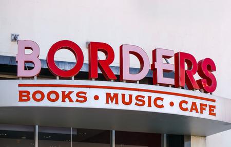 marca libros: PASADEDNA, CA  EE.UU. - 22 de noviembre, 2015: librer�a Borders y logotipo. Borders Group, Inc. fue un libros y m�sica de internacional.