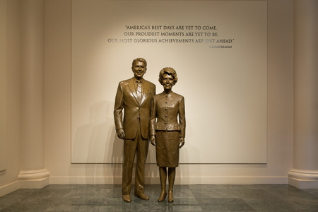 ronald reagan: SIMI VALLEY, CAUSA - JANUARY 23, 2016: Statues of Ronald and Nancy Reaga at the Ronald Reagan Presidential Library and Museum. Editorial