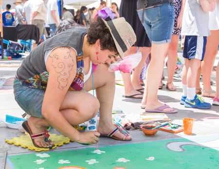 paseo: PASADENA, CAUSA - JUNE 21, 2015: Unidentified artist participating in the 2015 Pasadena Chalk Festival at Paseo Colorado.
