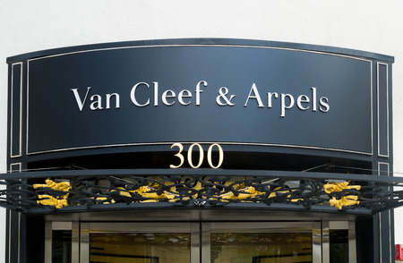 beverly hills: BEVERLY HILLS, CAUSA - APRIL 10, 2016: Van Cleef & Arpels retail store exterior on famed Rodeo Drive.