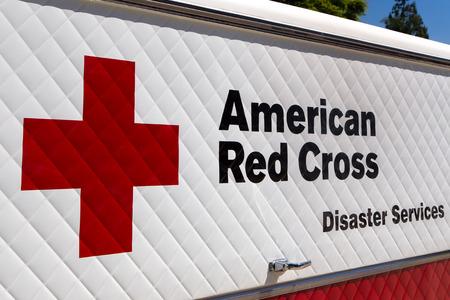 cruz roja: ARCADIA, CA  EE.UU. - 16 de abril, 2016: Americana vehículo y el logotipo de la Cruz Roja Servicios de Desastres. La Cruz Roja Americana es una organización humanitaria que presta asistencia de emergencia en los Estados Unidos.