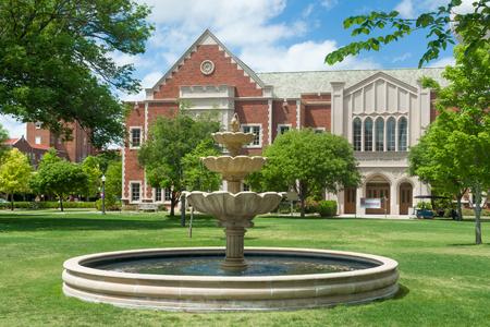 NORMAN, OK  USA - 2016 년 5 월 20 일 : 오클라호마 대학교 캠퍼스의 Lissa와 Cy Wagner Hall
