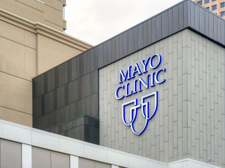 MINNEAPOLIS, MN  USA - 23 mei 2016: Mayo Clinic entree en te ondertekenen. De Mayo Clinic is een non-profit medische praktijk en medische onderzoeksgroep gevestigd in Rochester, Minnesota.