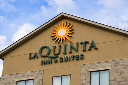 quinta: SOUIX FALLS, SDUSA - AUGUST 15, 2016: La Quinta Inn and Suites exterior and logo. La Quinta Inns & Suites is a chain of limited service hotels. Editorial