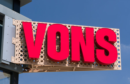 pasadena: PASADENA, CAUSA - SEPTEMBER 5, 2016: Vons Grocery store sign and logo. Vons is a supermarket chain and a division of Safeway, Inc.