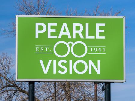 MINNEAPOLIS, MN  USA - 4 maart 2017: Pearle Vision retail exterior sign and logo. Pearle Optical is een Amerikaanse keten van oogzorgwinkels. Het werd opgericht door Stanley Pearle.