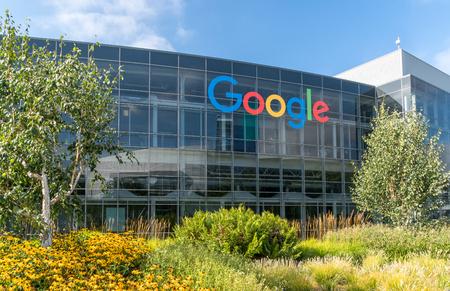 VISTA A LA MONTAÑA, CA / EE. UU. - 30 DE JULIO DE 2017: sede corporativa y logotipo de Google. Google es una empresa estadounidense de tecnología multinacional que se especializa en servicios y productos relacionados con Internet.