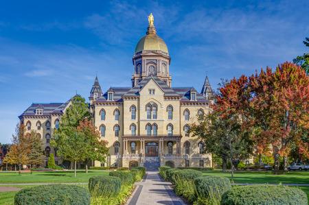 ノートルダム大聖堂, インディアナ米国 - 2017 年 10 月 19 日: 本館管理ノートルダム大学のキャンパス内に「黄金ドーム」として知られています。