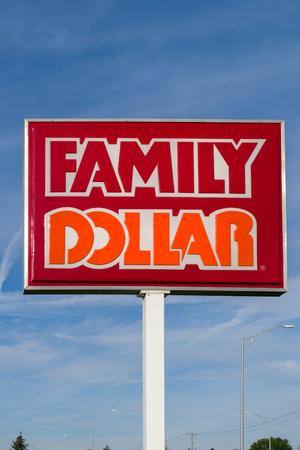 콜럼버스, 오하이오  미국 -1991 년 10 월 21 일 : 패밀리 달러 저장소 및 서명. 패밀리 달러 (Family Dollar)는 미국 내 미국의 다양한 상점 체인입니다
