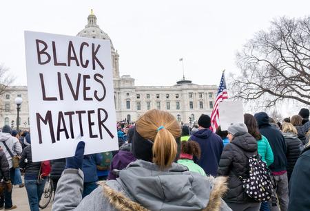 ST. PAUL, MN / USA - 24 marca 2018: Niezidentyfikowana osoba niosąca znak Black Lives Matter podczas marszu na nasz protest w sprawie naszego życia na Kapitolu stanu Minnesota. Publikacyjne