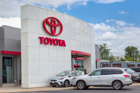 INVER GROVE HEIGHTS, MN/USA - JUNE 17, 2018: Toyota autombile dealership exterior and trademark logo. 報道画像