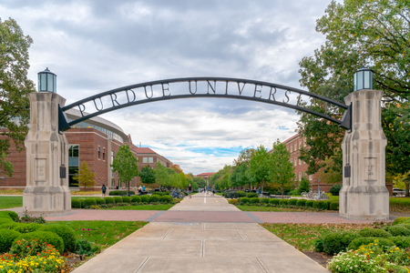 WEST LAFAYETTE, IN / USA - 22 OKTOBER 2017: Toegangspoort en loopbrug op de campus van de Purdue University. Redactioneel