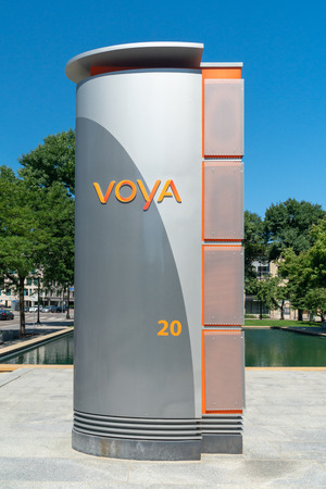 MINNEAPOLIS, MN/USA - JULY 7, 2018: Voya Financial exterior sign and trademark logo. Banque d'images - 112106937