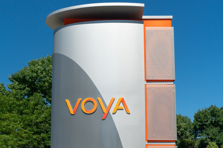 MINNEAPOLIS, MN/USA - JULY 7, 2018: Voya Financial exterior sign and trademark logo. Banque d'images - 112106894