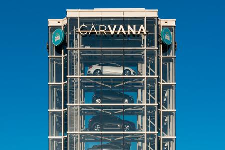 TEMPE, AZ/USA - APRIL 10, 2019: Carvana automobile dealership vending machine. Carvana is an online-only used car dealer. 新聞圖片