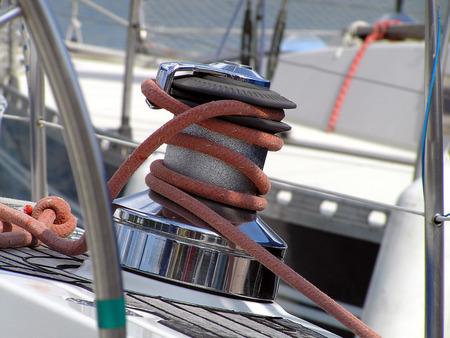 poleas: Fragmento de una aparejos y cuerdas en un velero deportivo